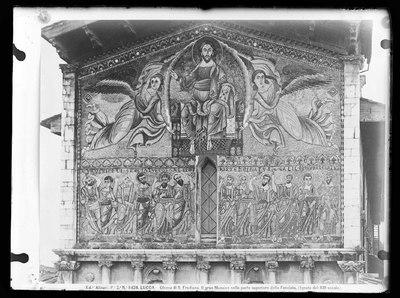 Lucca - Chiesa di S. Frediano - Facciata - Il Mosaico raffigurante l'Ascensione. La parte alta del mosaico raffigura Cristo, entro la mandorla, trasportato da due angeli. In basso, compaiono i dodici Apostoli.NOTE (Da foto Alinari, 8424) (1112-1147, XIII secolo)