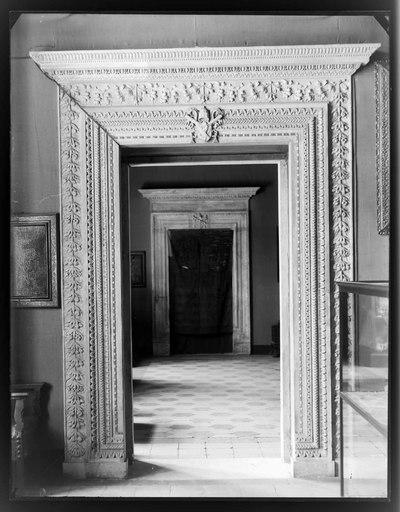 Roma - Museo Nazionale del Palazzo di Venezia - Appartamento Barbo - Sala delle Fatiche d'Ercole - Porta, sullo sfondo quelle della Sala del Pappagallo e dell'ultima sala su piazza San Marco (1464-1471)