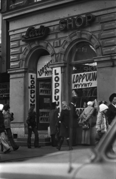 Mannerheimintie 16. Ihmisiä kävelemässä Mannerheimintiellä Lady Shop -asusteliikkeen edessä, jossa loppuunmyynti.