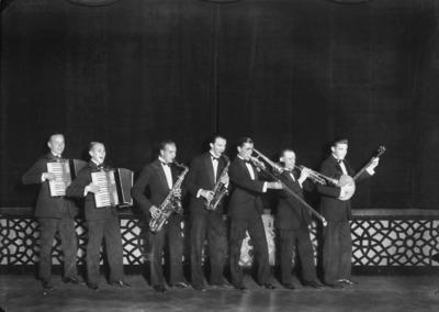 Fennia's Embassy Band ravintola Fenniassa 1927-1929. Saksofonisti Tommy Tuomikoski on neljäs vasemmalta. Vetopasuunaa soittaa orkesterin johtaja, unkarilaissyntyinen Eguda Sarits (Saslawsky).