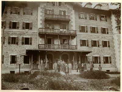 CERESOLE - AL GRAND HOTEL. CANAVESE/ CERESOLE REALE, OSPITI E PERSONALE DI FRONTE AL GRAND HOTEL