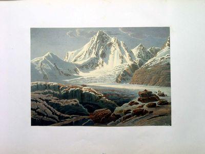Ghiacciaio tra montagne innevate