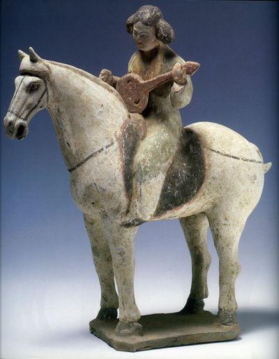 Suonatrice di 'ruan' a cavallo