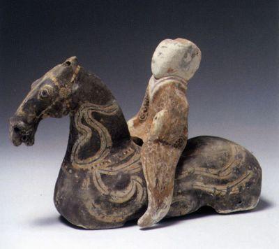 Cavallo con decorazione a nastri e cavaliere