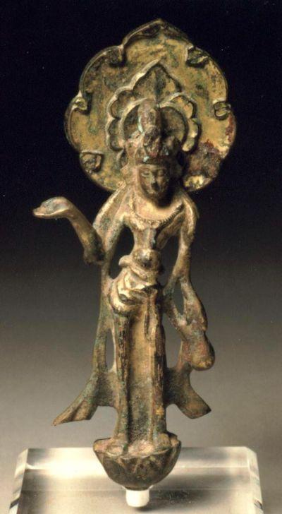 Bodhisattva nimbato/ stante su un fiore di loto