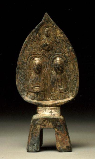 Gruppo buddhista su sfondo a foglia lanceolata