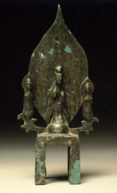 Buddha su sfondo a foglia lanceolata e due Bodhisattva