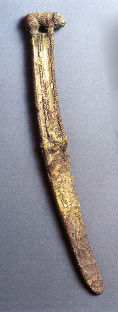 Coltello con punta arrotondata ed estremità a forma di cinghiale