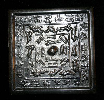 Specchio quadrato con simboli cosmici