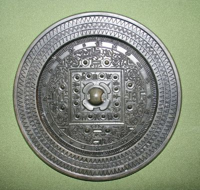 Specchio del tipo cosmologico TLV con alcuni ideogrammi speculari