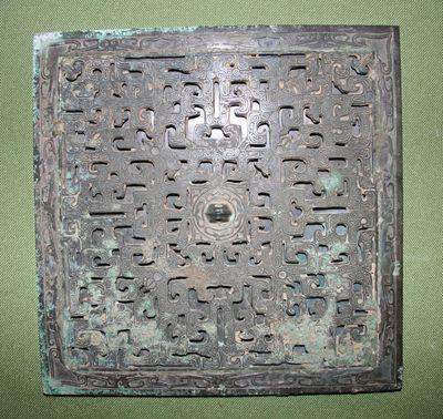 Specchio quadrato con decorazione traforata e incisa