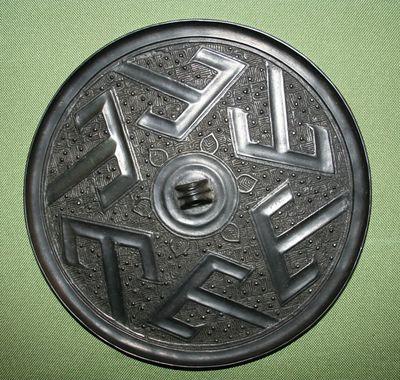 Specchio con il carattere 'shan' ripetuto sei volte