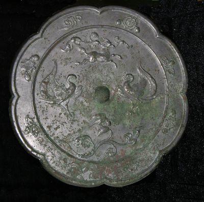 Grande specchio polilobato con coppia di fenici/ unicorno e gazza
