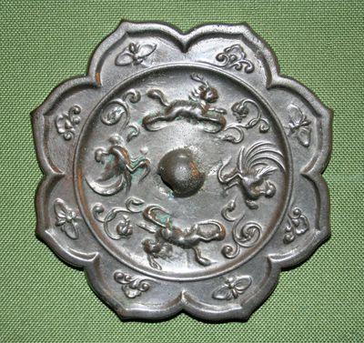 Specchio a otto petali con coppie di unicorni e fenici