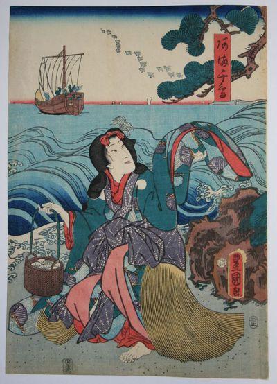 Uomo e donna su una spiaggia lambita da grandi onde