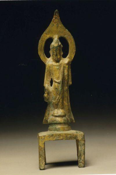 Bodhisattva nimbato/ stante su alta base