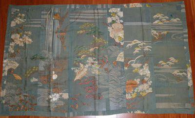 Kesa con motivi di aceri/ crisantemi/ pini e ventagli/ con onde e cascata