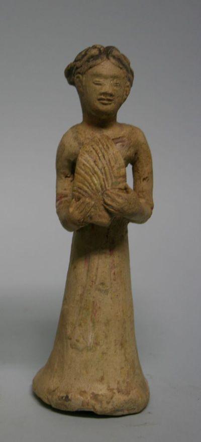 Personaggio femminile con un oggetto a forma di foglia