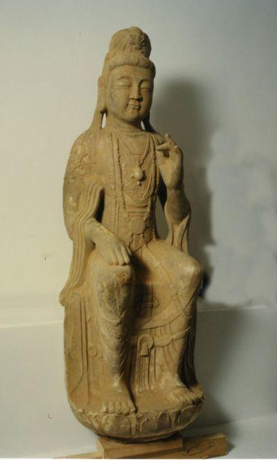 Bodhisattva seduto con piedistallo di loto