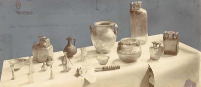 Romeins glas en aardewerk in het museum van Limburg's Geschied- en Oudheidkundig Genootschap te Maastricht. Foto 9 x 23 cm.
