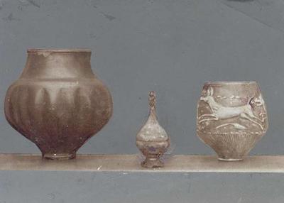 Romeins glas en aardewerk in het museum van Limburg's Geschied- en Oudheidkundig Genootschap te Maastricht. Foto 15,5x7,5 cm.