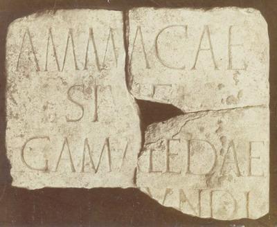 Romeinse steen met opschrift gewijd aan de nagedachtenis van een Romeinse gladiator. Museum te Maastricht.
