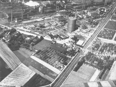 Luchtfoto van het Mauritscomplex te Geleen met rechtsboven de grote gashouder. Foto Airo-photo Nederland Rotterdam.