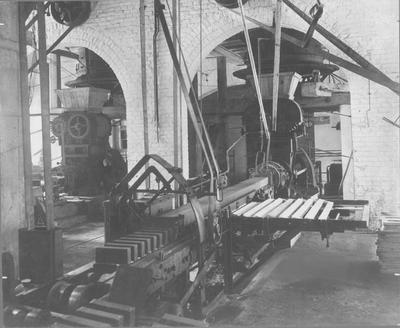 De strengpers van de steenfabriek staatsmijn Maurits te Geleen. Foto gemaakt door Gust Rheingans uit Heerlen.