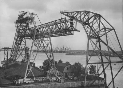 Montage van laadbruggen in de Rietlanden te Amsterdam. Foto Vereenigde Persbureaux Singel 93 Amsterdam.