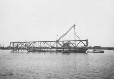 Aanvoer ligger voor de laadbrug in de Rietlanden te Amsterdam.