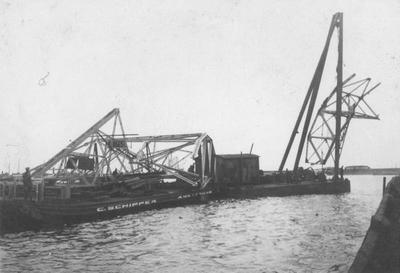 Vervoer vaste poot voor de laadbrug in de Rietlanden te Amsterdam.