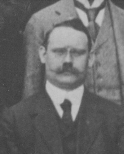 In 1913 nam hoofddirecteur De Kat afscheid van de Staatsmijnen. Bij die gelegenheid werd een groepsfoto gemaakt van het kader- en bureaupersoneel. Verschillende namen zijn bekend en terug te vinden via een nummer-index en bijbehorende namenlijst. Op deze foto staat ook H. Ritz, bedrijfsleider van de staatsmijn Hendrik in Rumpen-Brunssum van 1912 tot 1922.
