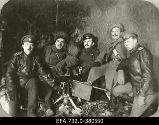 Vene 33.Jalaväediviisi 131.Tiraspoli polgu kuulipildujaroodu ohvitserid                      Ringmundshofi (Kegums) mõisa peahoones.