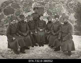 Vene 12.armee 131.Tiraspoli jalaväepolgu 1.pataljoni ohvitseride                      kantiinis teenivad alamväelased koos staabikapten Lebedinskiga (istub                      keskel).