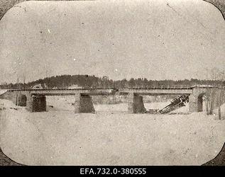 Lahingutegevuse käigus purustusi saanud raudteesild üle Ogre                      jõe.