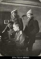 Vene 33.Jalaväediviisi 131.Tiraspoli polgu ohvitserid klaverit mängimas                      Jaun-Dzilna talus.
