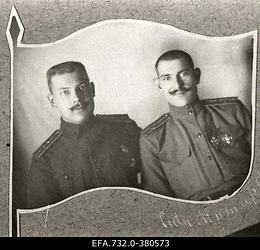 Vene 33.Jalaväediviisi 131.Tiraspoli polgu ohvitserid , 8.roodu                      nooremohvitser lipnik Johann Ostrat (vasakul) ja alamleitnant                      Mitartšuk.