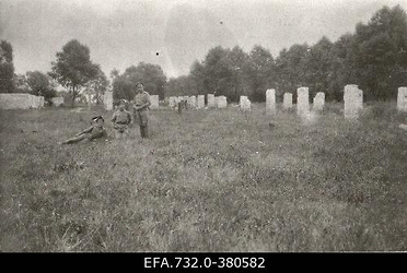 Vene 33.Jalaväediviisi 131.Tiraspoli polgu sõdurid Kurtenhofi (Kurtu                      muiža,Salaspils) raudteejaama ligidal endiste kasarmute alal.