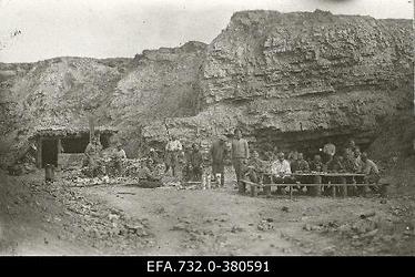 Vene 33.Jalaväediviisi 131.Tiraspoli polgu sõdurid Ükskülas (Ikškile)                      varjendi ees.