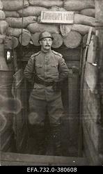 Vene 33.Jalaväediviisi 131.Tiraspoli polgu 1.pataljoni ülem kapten Boris                      Tamatin Üksküla (Ikškile) liinil pataljoniülema punkri ees.