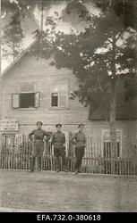 Vene 33.Jalaväediviisi 131.Tiraspoli polgu ohvitserid kauplusehoone                      ees.
