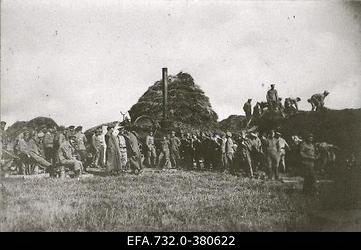 Vene 33.Jalaväediviisi 131.Tiraspoli polgu sõdurid rehepeksumasina                      juures.