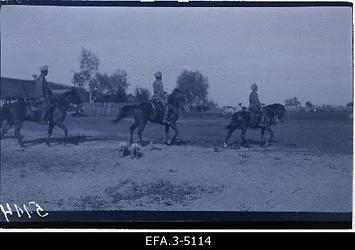 Vene 14.korpuse 12.ratsa-suurtükiväedivisjoni allohvitserid                      hobustel.