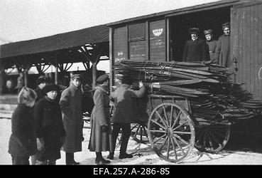 Väeosale saadetud suuskade laadimine raudteevagunist                      hobuvankrile.