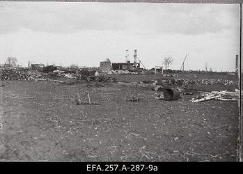 Lahingutegevuses hävinud taluhoone varemed Dolgaja Niva külas 1919. aasta                      sügisel.