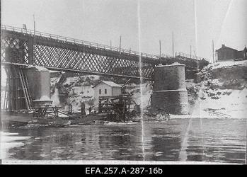 Narva parandatud raudteesild.