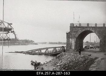 Purustatud maanteesild üle Velikaja jõe Pihkvas 1919. aasta                      suvel.