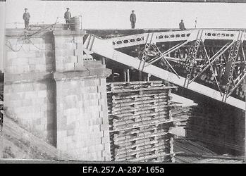 Soomusrongide Divisjoni inseneri Eduard Jürgensoni juhtimisel parandatud                      raudteesild Velikaja jõel Pihkvas 1919. aasta suvel.