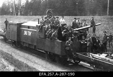 """Laiarööpalise soomusrongi nr 3 suurtükiplatvorm """"Onu Tom"""" Strenči                      lähedal."""