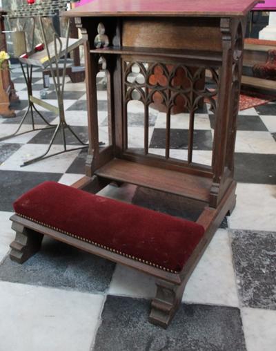 Twee houten bidstoelen